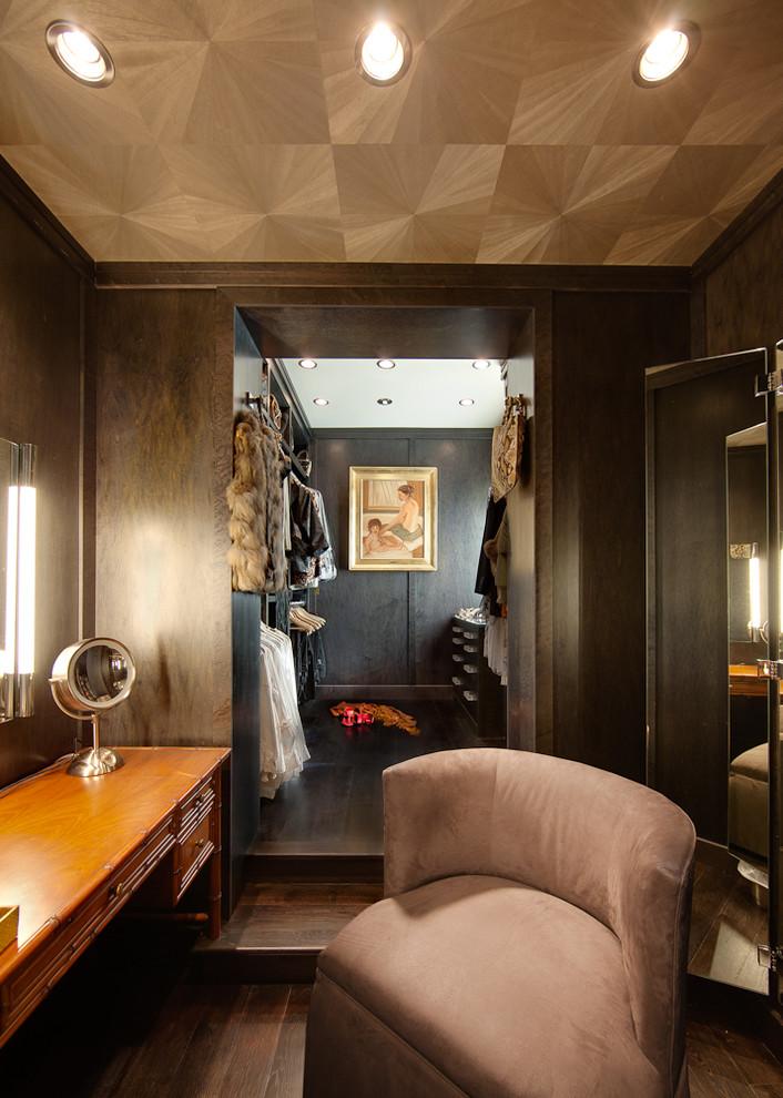 Открытые шкафы в гардеробной
