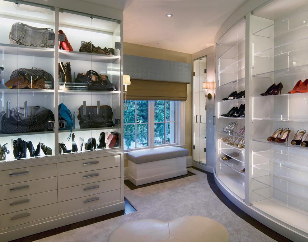 Белые шкафы с стеклом в гардеробной