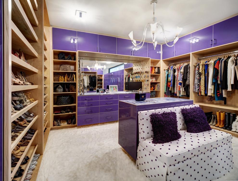 Фиолетовый шкаф в гардеробной