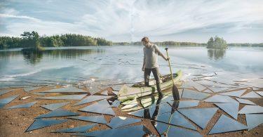 «Impact»: цифровой коллаж из разбитого зеркала, портрета и пейзажного снимка