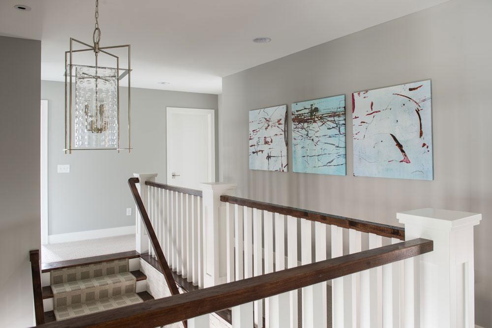 Картины на стене в коридоре