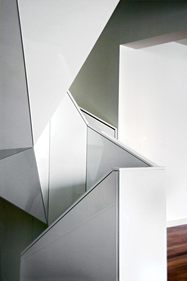 Декоративная отделка квартирной лестницы