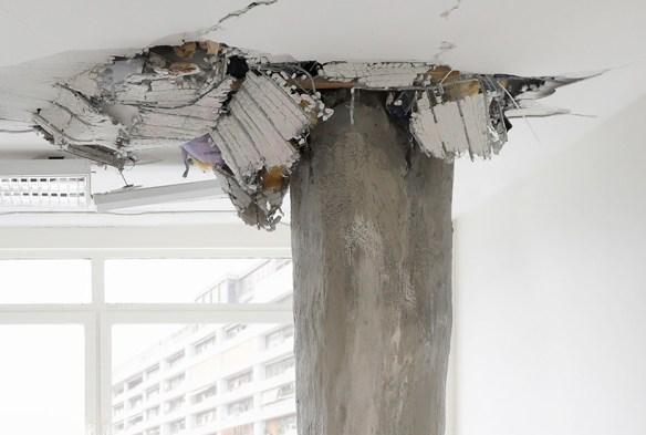 Марио Манки: временная инсталляция с изображением ног таинственного колосса