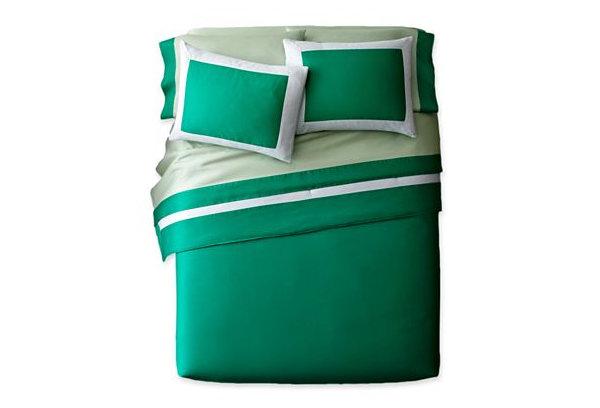 Постельный набор зеленого цвета с белоснежными границами