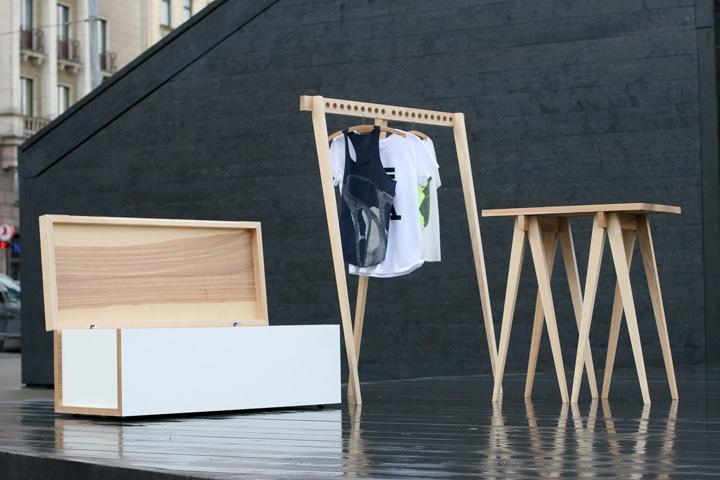 Дизайнерский стол, подставка для вешалок и сундук с элементами декора