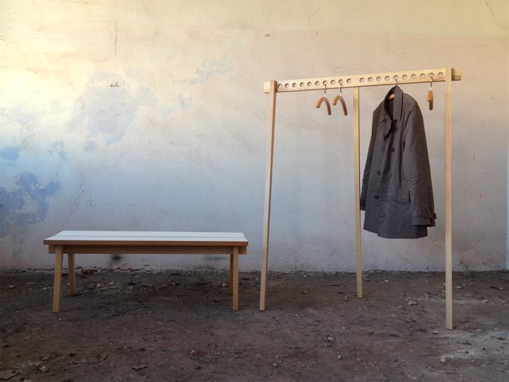 Необычная скамья с подставкой для вешалок