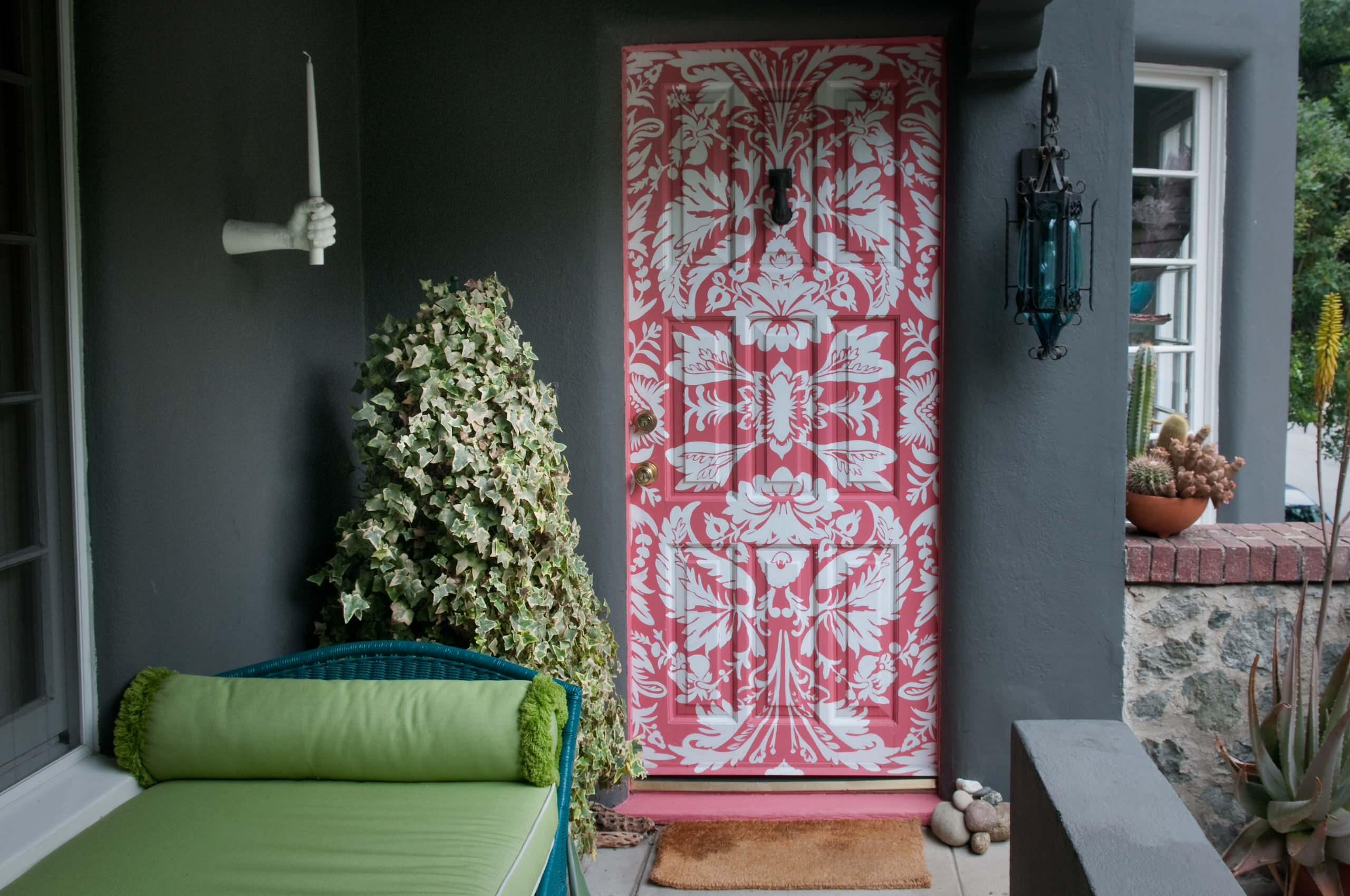 Декор стены и дверей