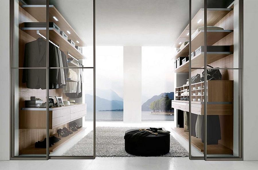 Деревянные открытые шкафы в гардеробной