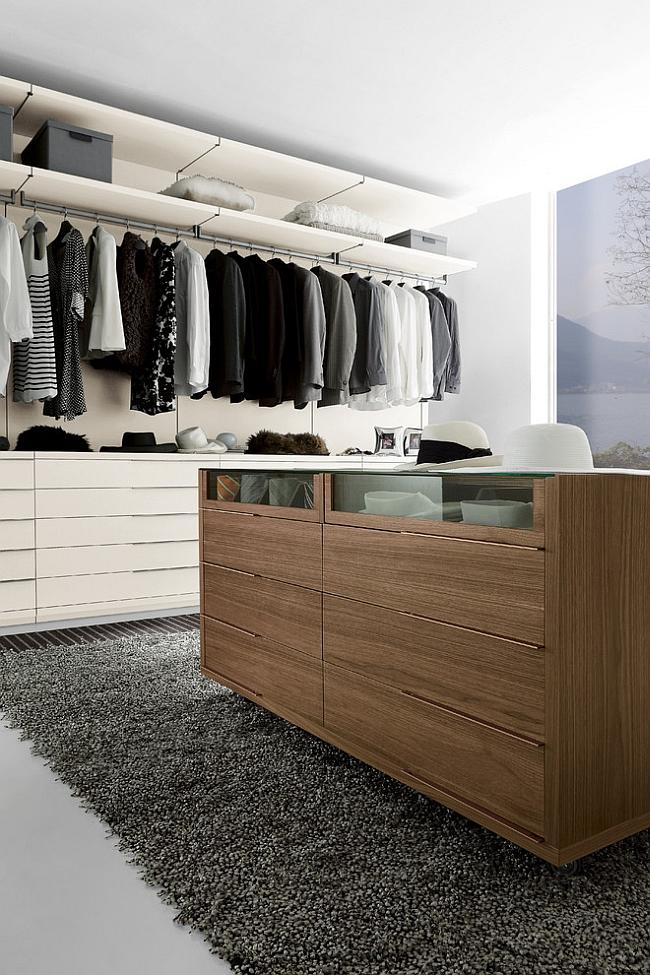 Деревянные шкафы в гардеробной