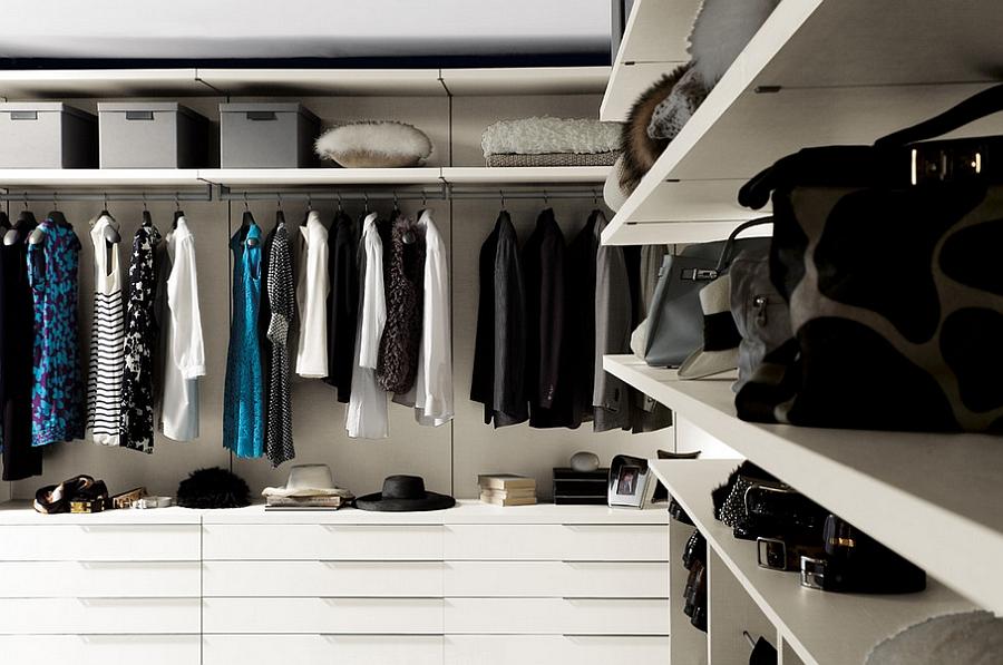 Открытая белая мебель для хранения одежды