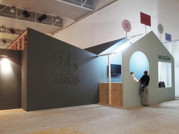 Выставочный центр с эмблемой компании при входе
