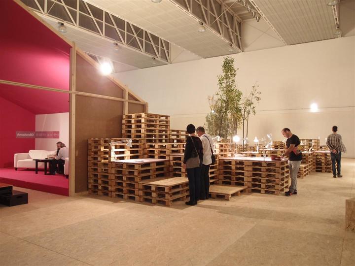 Деревянные поддоны для транспортировки в выставочном центре