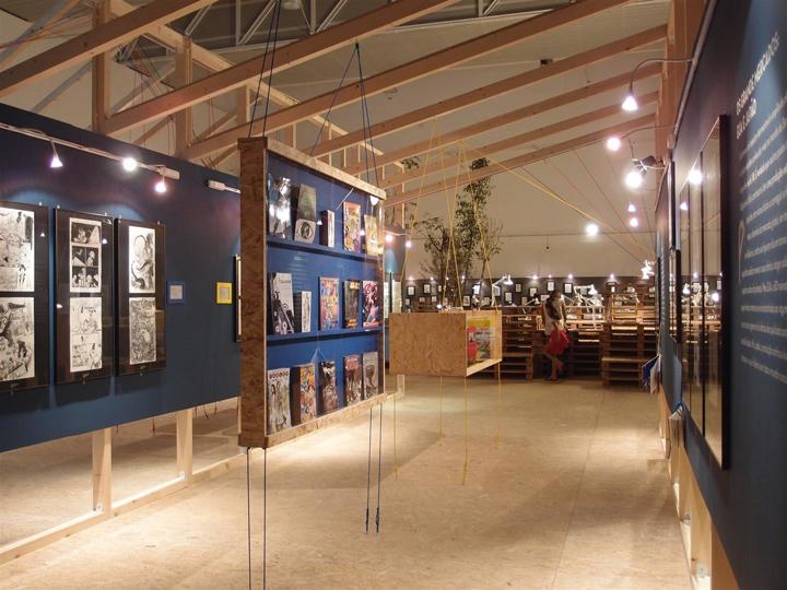 Деревянный стенд для показа продукции компании