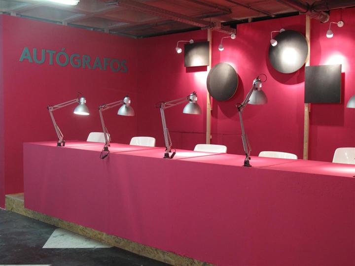 Рабочие места выставочного центра окрашены в розовые цвета