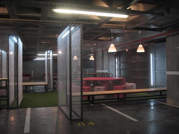 Каждый павильон выставочного центра разделен металлической сеткой