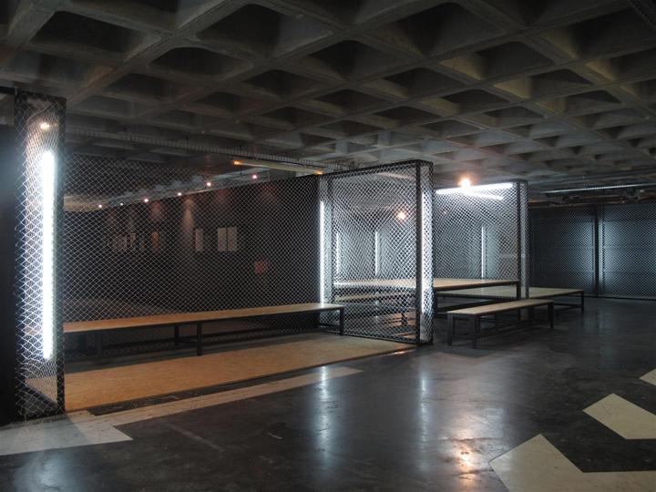 Длинная скамейка для посетителей выставочного центра