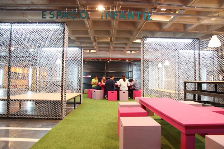 Яркие цвета мебельного интерьера в выставочном центре
