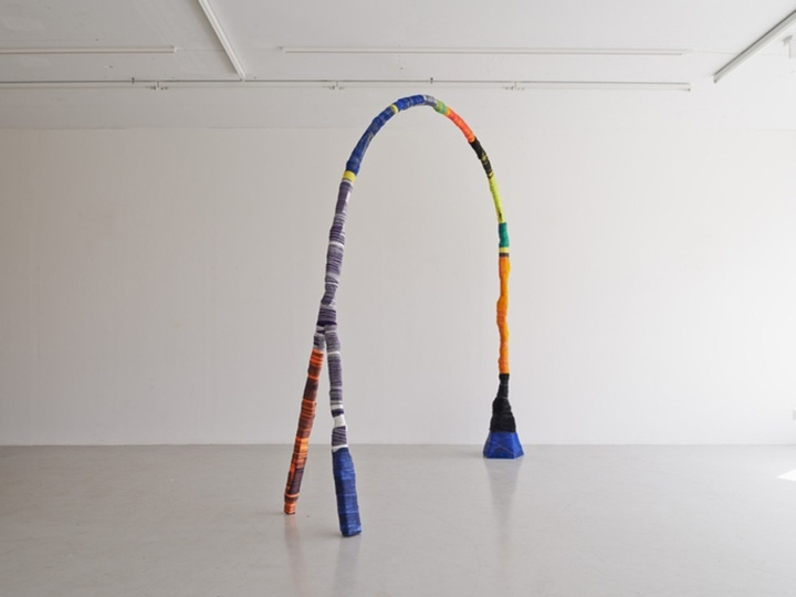 Соединение тканевых веревок и декоративных деталей стало возможным путем смешивания клея с краской