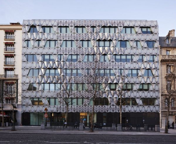 Креативный фасад здания в Париже
