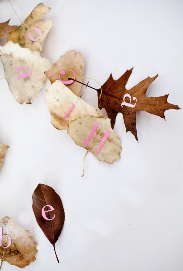 Гирлянда из опавших листьев с буквами