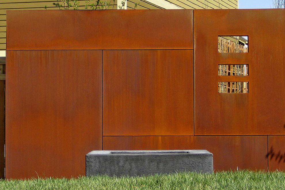 Забор с патиной и ржавчиной