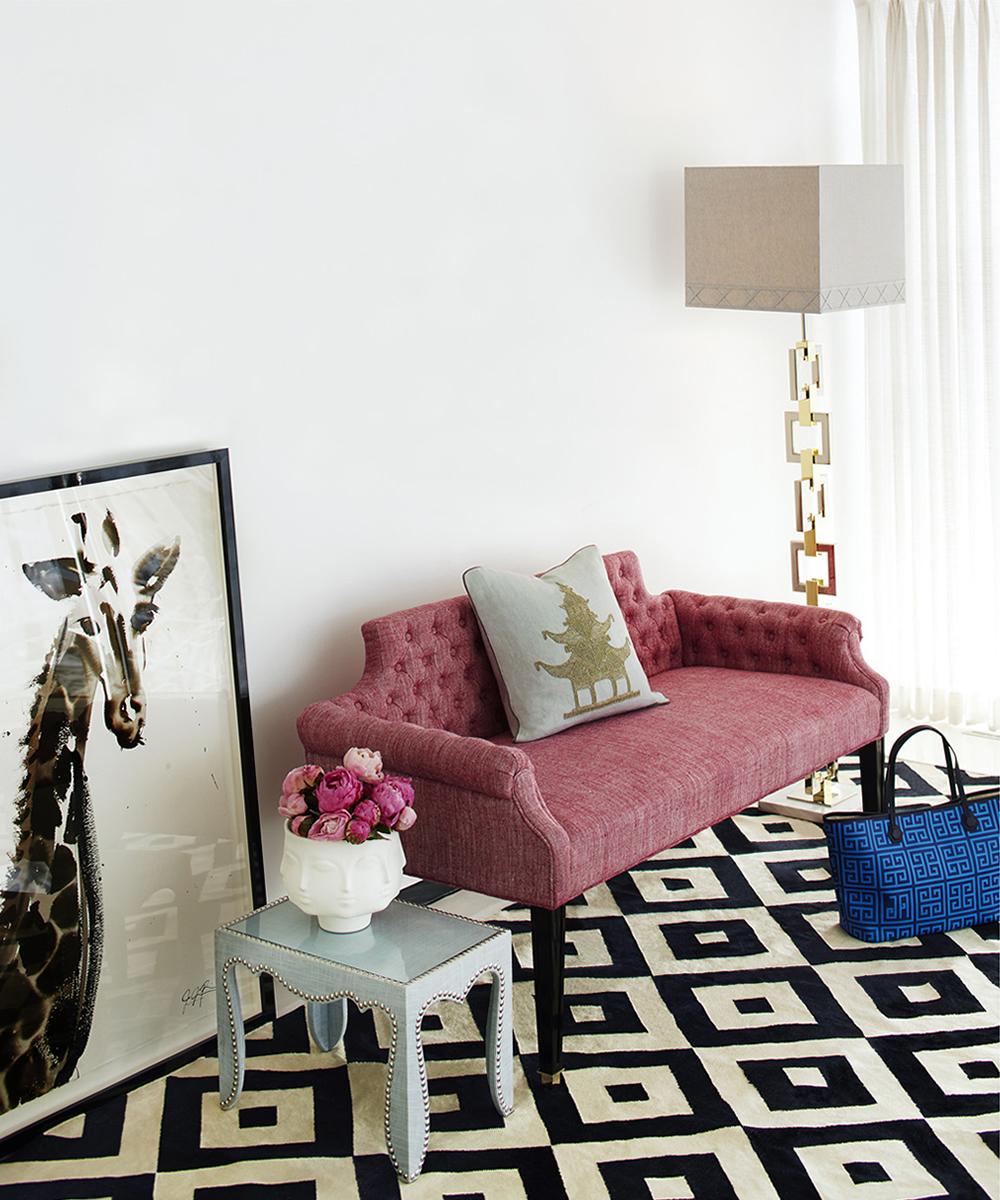 Сиреневый диван в интерьере