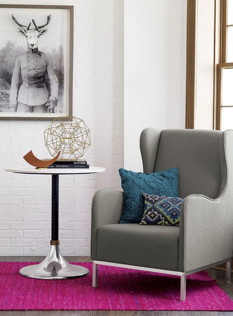 Малиновый ковер и бирюзовые подушки в интерьере