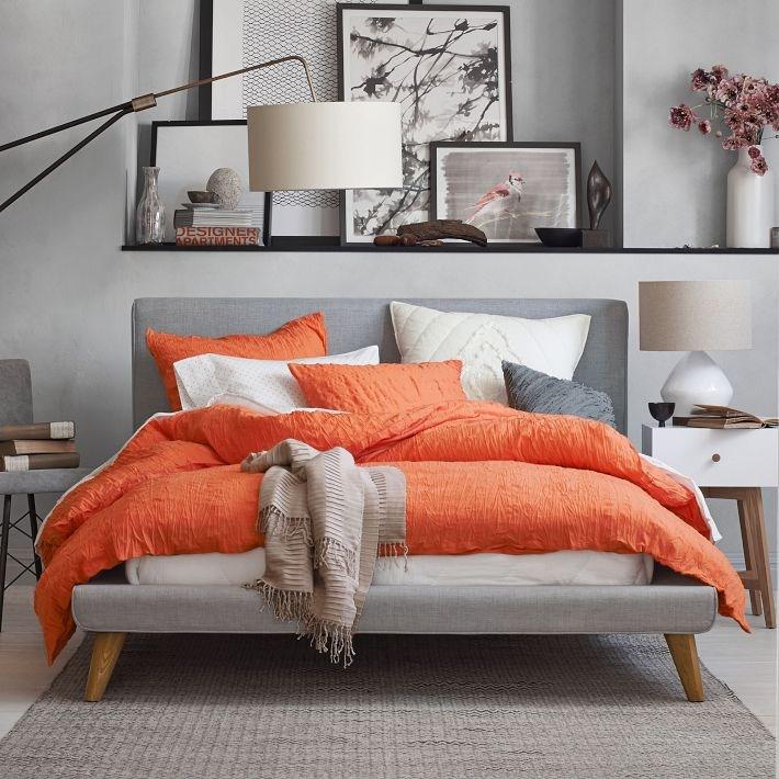 Сочетание серого и оранжевого в интерьере спальни