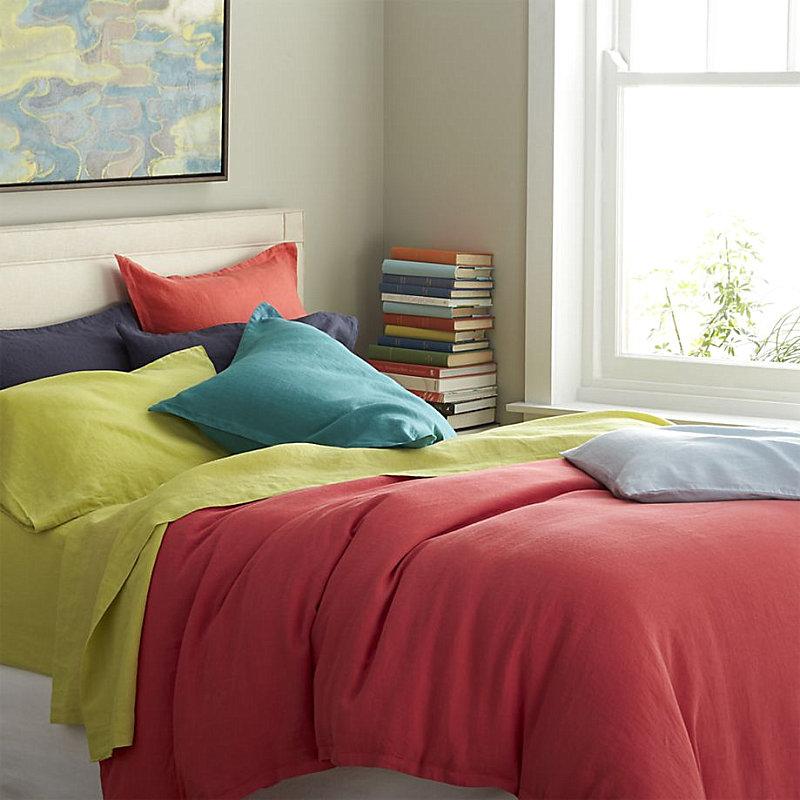 Яркие цвета в интерьере современной спальни