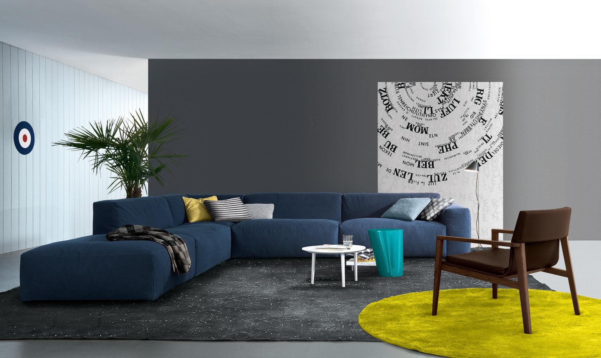Сочетание серого, синего и желтого в интерьере гостиной