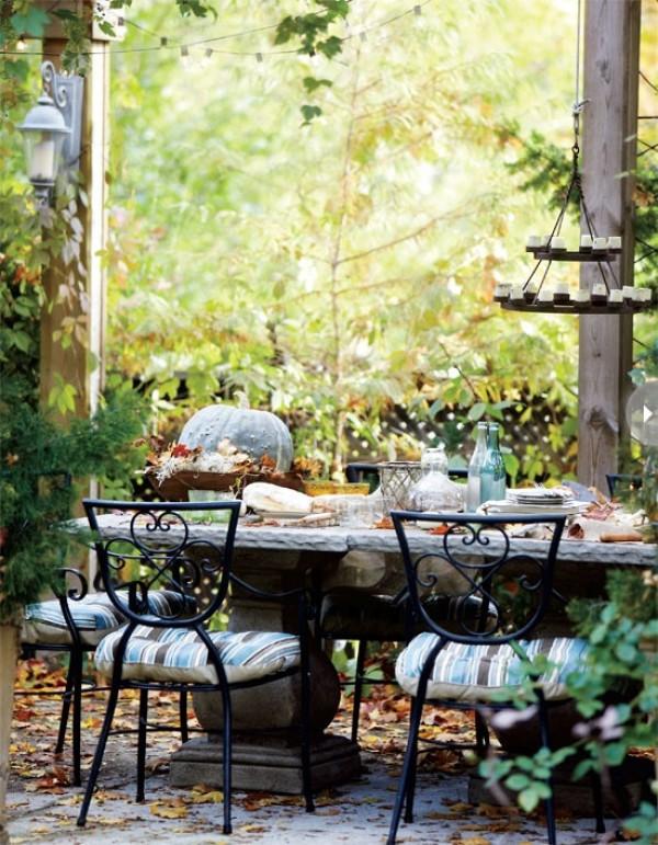 Оформление обеденного стола в саду