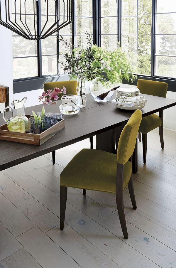 Оливковая обивка стульев