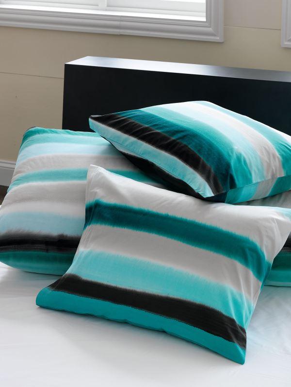 Полосатые подушки на диване