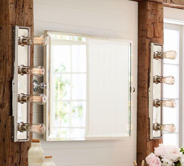 Настенные светильники у зеркала в ванной комнате