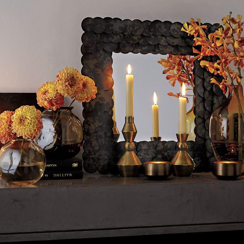 Цветы и свечи возле зеркала