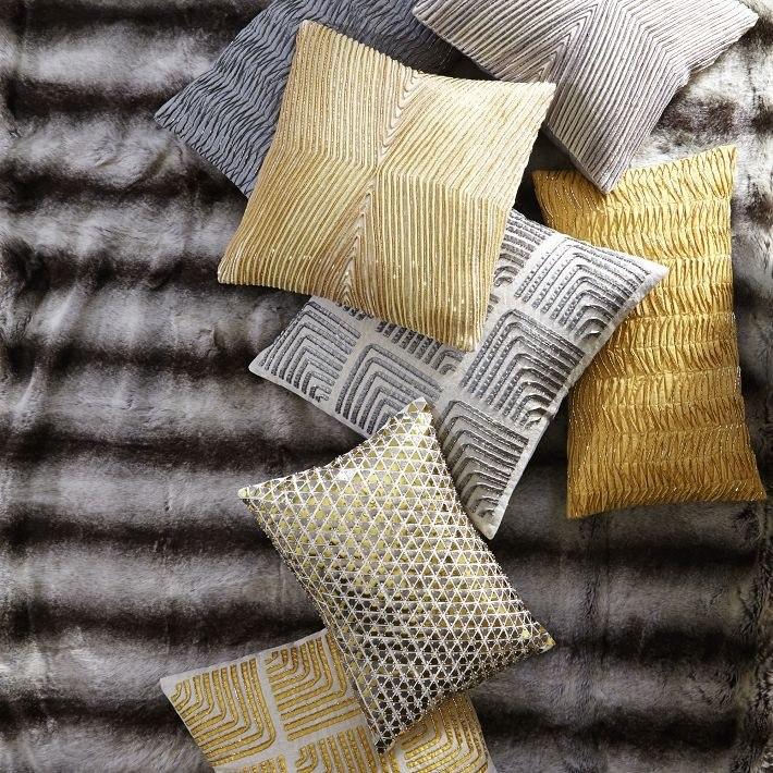 Золотистые подушки в интерьере