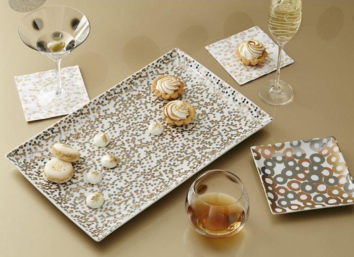 Десерты и напитки на столе