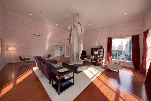 Скульптура Discovering Columbus в современной гостной