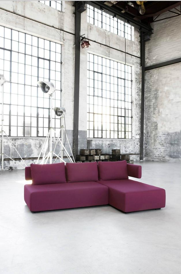 Современный угловой диван в помещении старого цеха