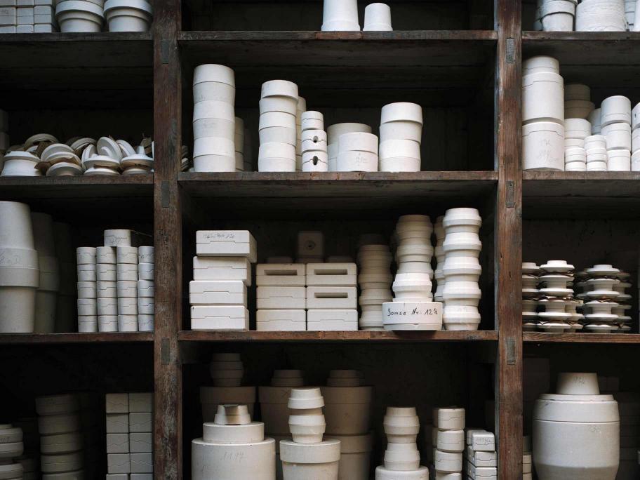 Белая посуда на полках