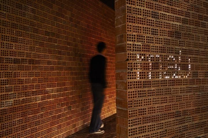 Оригинальная и креативная композиция была дополнена светодиодным логотипом архитектурной студии, расположенным рядом с входной зоной