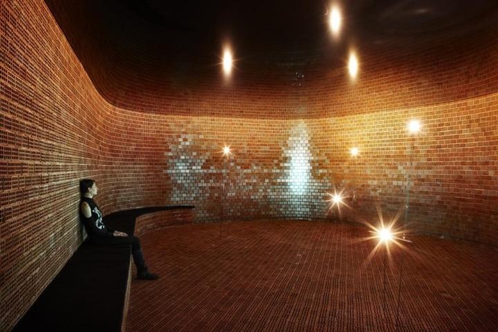 Для формирования глубокого оптического эффекта были использованы потрясающие и оригинальные идеи в интерьере в виде отражающих глянцевых потолков