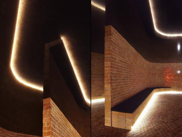 Небольшая минималистская скамья дает прекрасную возможность многочисленным посетителям сидеть, слушать и поглощать невероятно эмоциональную атмосферу