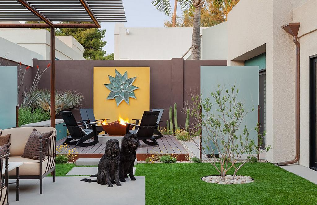 Искусственный газон во дворе дома