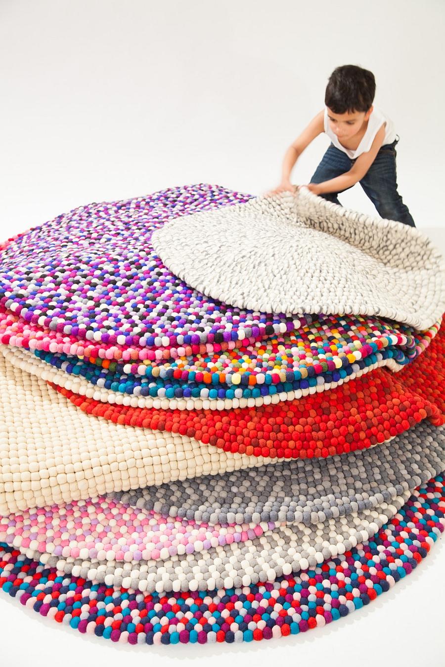 Яркие коврики из шерстяных шариков
