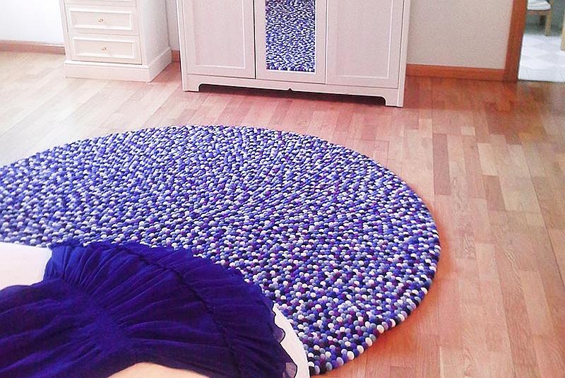 Коврик из шерстяных шариков в спальне