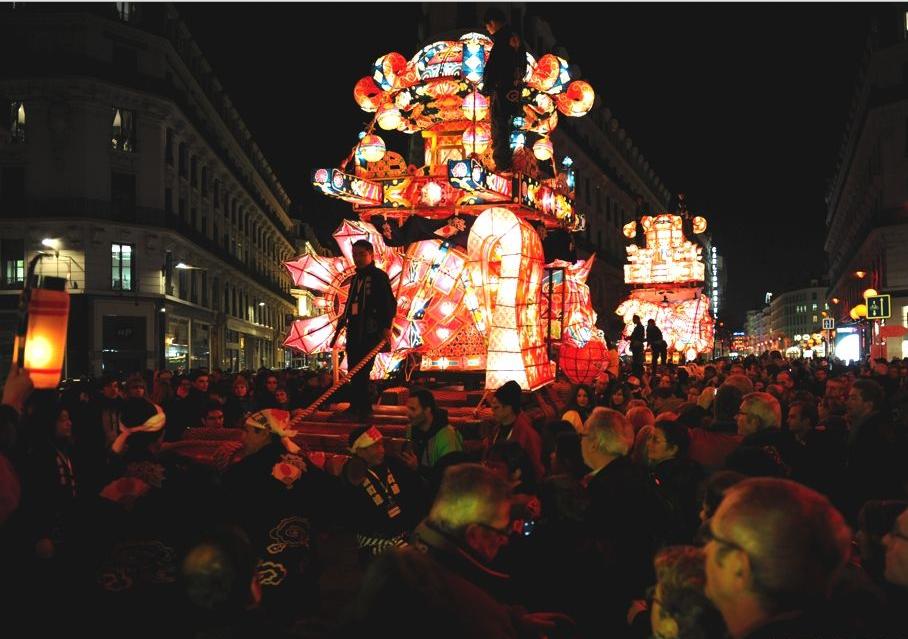 Красивая световая инсталляция на Фестивале света