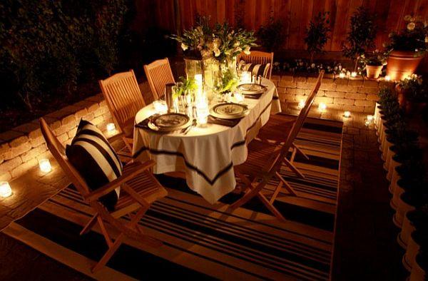 Свечи вокруг сервированного стола