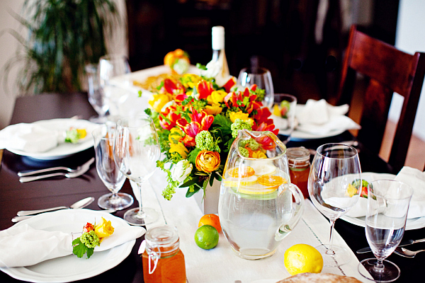 Лимоны, лаймы и мандарины на сервированном столе