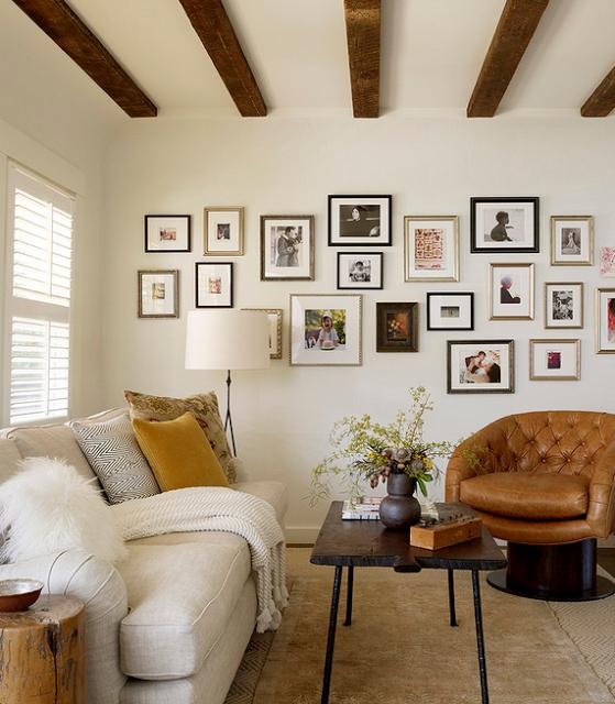 Рамки с фотографиями на белой стене